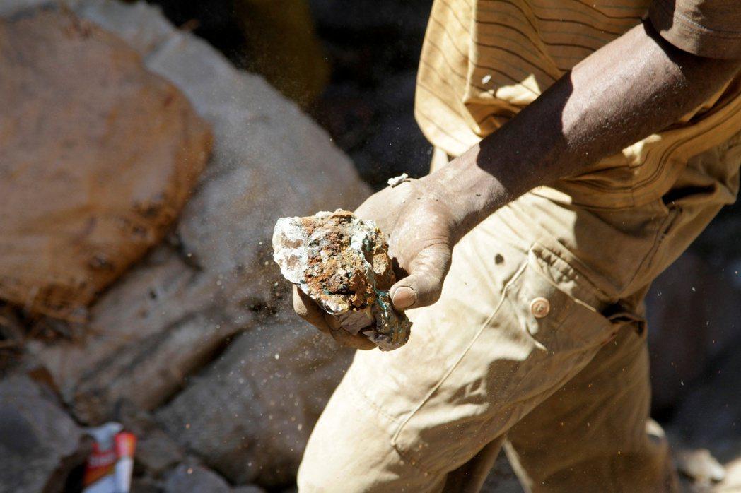 礦工開採銅鈷況。(路透)
