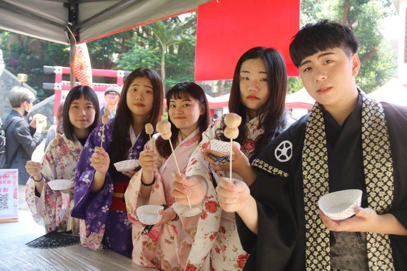 弘光科大舉辦櫻花藝術季,讓師生穿浴衣品嘗日式小吃。記者游振昇/攝影