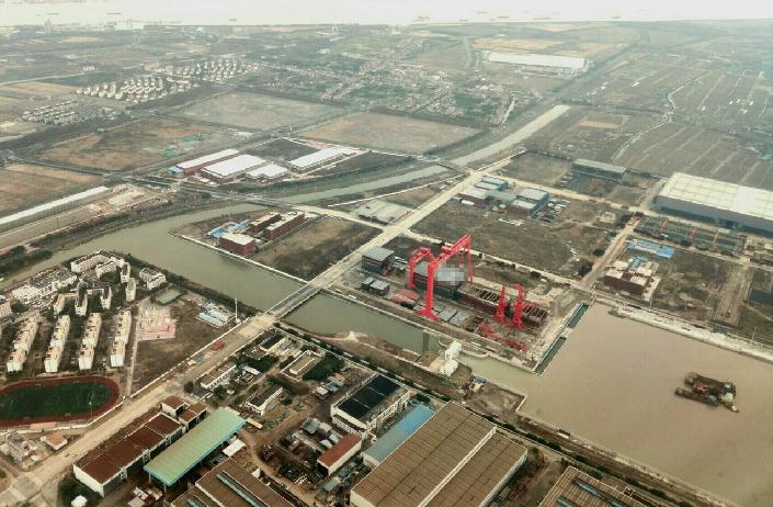 上海江南造船廠建造的大陸003型航母簡直被洩密成災,圖中為中國大陸網友在飛機上拍到的003型航母建造現場。(新浪微博照片)