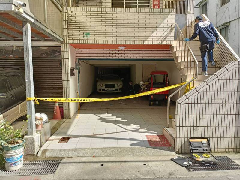 天道盟濟公會前會長林文章從自己開的公司走到1樓車庫,遭槍擊中彈身亡。 記者林昭彰/翻攝