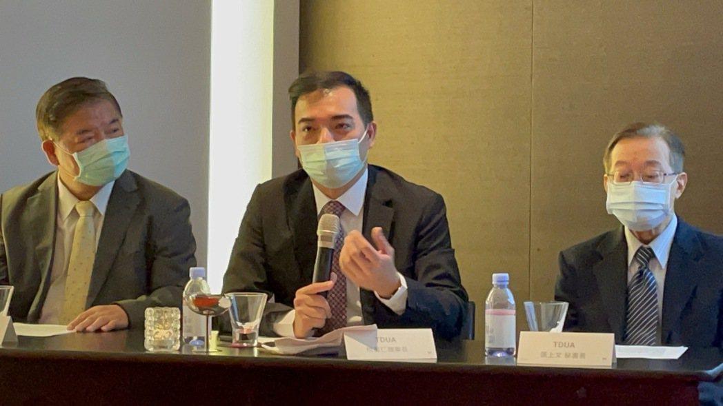 TDUA理事長柯富仁(中)在Touch Taiwan展前記者會說明展出亮點。記得...