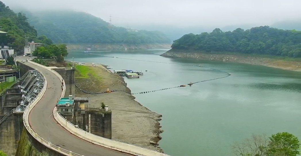 石門水庫水位水量持續下降,壩頂大橋下露出大片的灘地。資料照/桃園市觀旅局即時影像