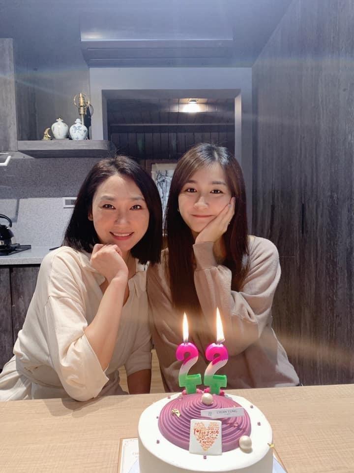 于齊薇(右)與于冠華妻子蘇珍瑩關係和樂。圖/摘自臉書