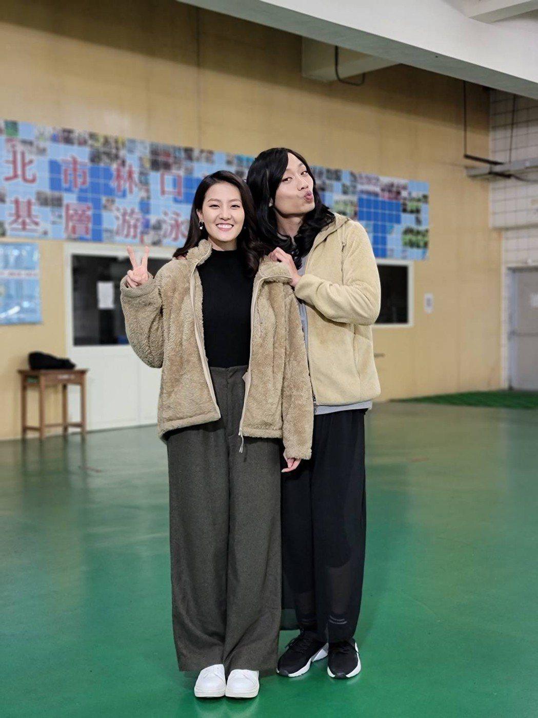 張哲豪(右)扮女裝,顏曉筠第一時間竟沒認出來。圗/民視提供