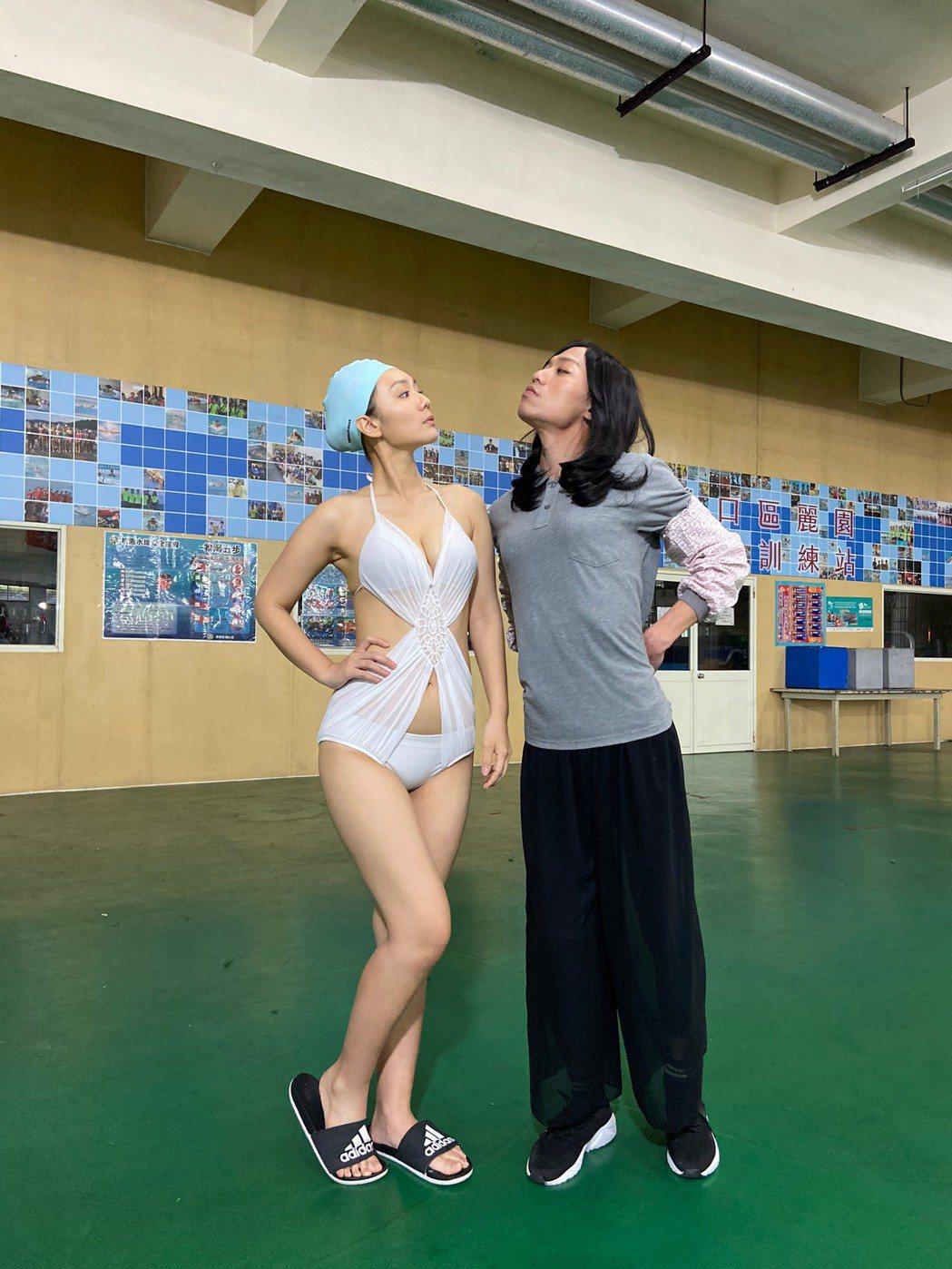 張哲豪(右)扮女裝與李又汝比美。圗/民視提供