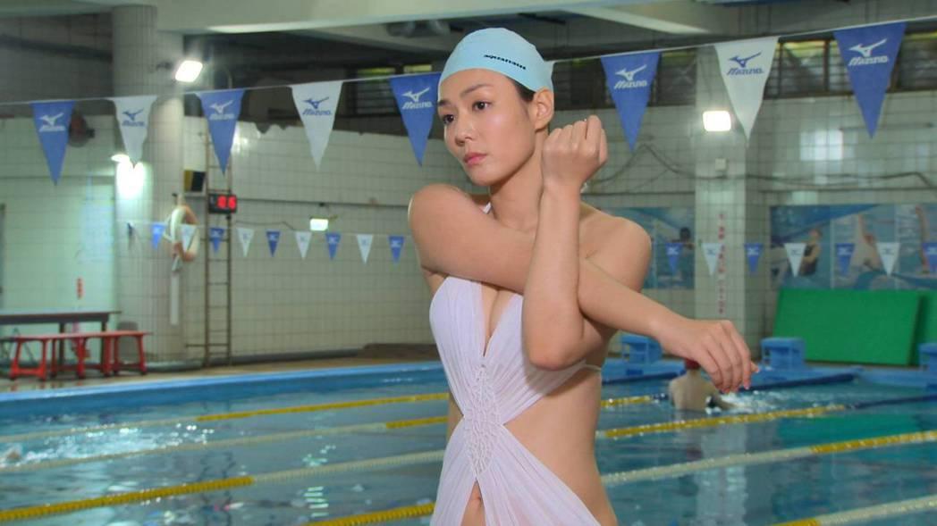 李又汝拍「多情城市」泳池戲,展露姣好身材。圗/民視提供