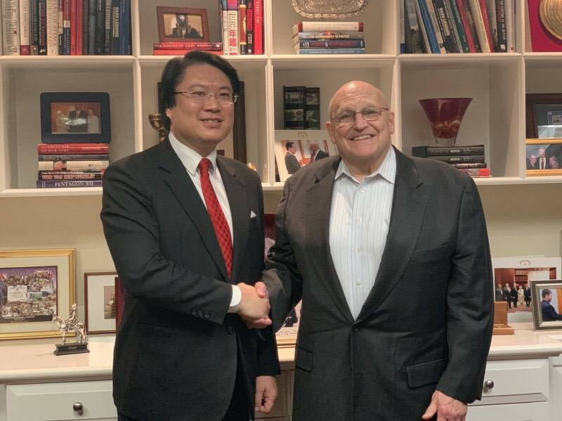 基隆市長林右昌2019年訪問美國智庫-美國企業研究院,與美國小布希政府時任副國務卿阿米塔吉會晤。圖/基隆市政府提供