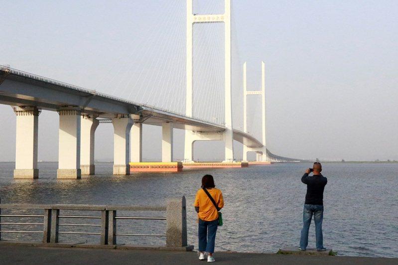 連結中國丹東與北韓新義州的新鴨綠江大橋,攝於2018年5月。香港南華早報14日報導,遼寧省與丹東市政府近日的招標文件指向延宕多年的新鴨綠江大橋近期可能通車。路透