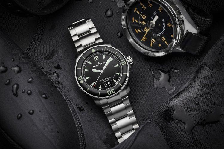 Blancpain五十噚大日曆自動潛水腕錶表,以「噚」為潛水單位,表款並具備12...
