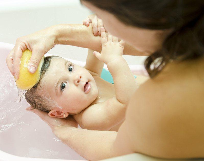 過度清潔恐破壞寶寶膚表好壞菌平衡。圖/開業小兒專科診所醫師巫漢盟提供