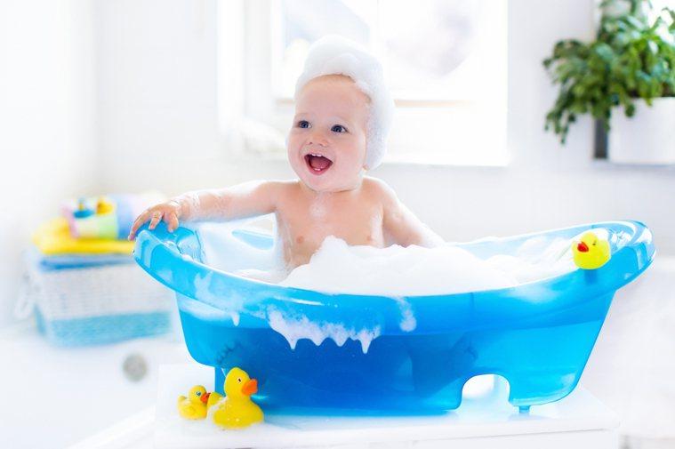 日常補充寶寶皮膚水分,可選有保水成份的沐浴乳,或浸泡盆浴、洗泡泡澡,沐浴後立刻擦...
