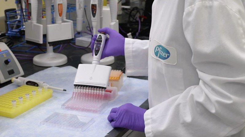 據了解,BNT在上海與復星合作興建的製藥廠已經動工,圖為輝瑞研究人員在實驗室測試輝瑞/BNT疫苗。圖/取自facebook.com/Pfizer