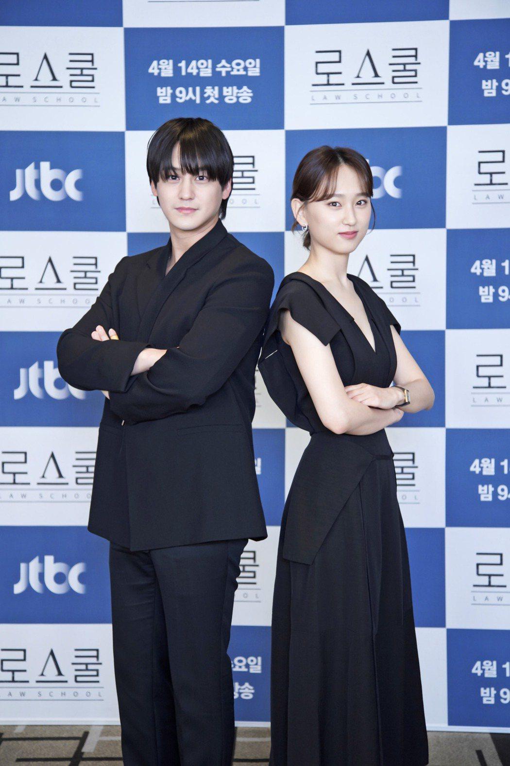 金汎(左)與柳惠英劇中飾演法律界的菜鳥新鮮人。圖/Netflix提供
