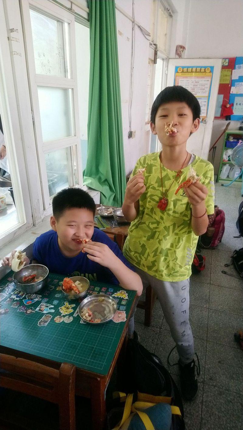 雲林北港南陽國小營養午餐今天吃龍蝦大餐,小朋友們驚呼好幸福,也吃的津津有味。圖/讀者提供
