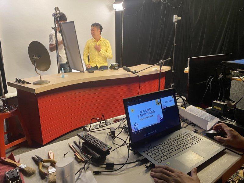 新北名師聚精會神錄製學力大爆發影片。圖/新北市教育局提供