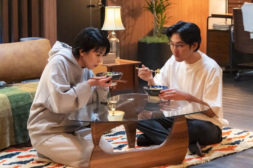 松田龍平(右)飾演松隆子的前夫之一。圖/friDay影音提供