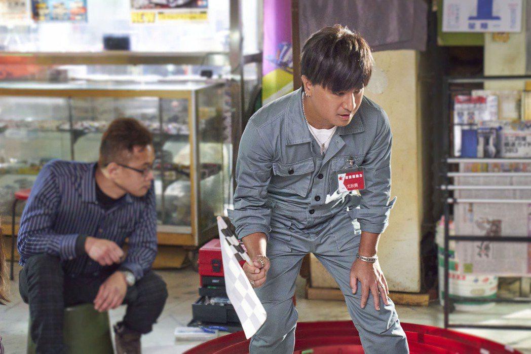 尤秋興(右)僅在MV現身3秒,喊話要導演加戲。圖/華研提供