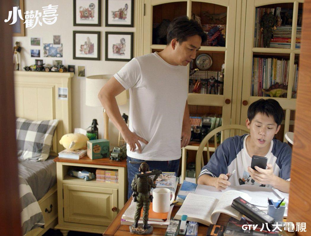 黃磊(左)在「小歡喜」中面臨考試的兒子。圗/八大電視提供