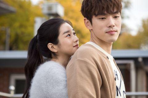 金正賢(右)與徐睿知曾合演電影「邂逅記憶」。圖/摘自韓網