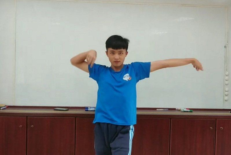 台東高中學生巫宗諺參加大學選才,靠街舞考上北市大。圖/台東高中提供