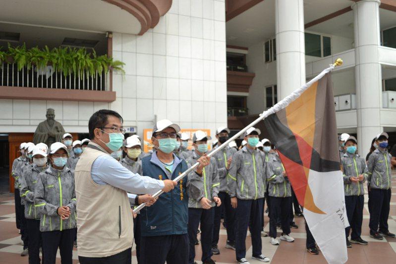 台南市長黃偉哲(左)昨天授旗給全中運代表隊,由台南體育總會理事長吳志祥代表接受。記者鄭惠仁/攝影