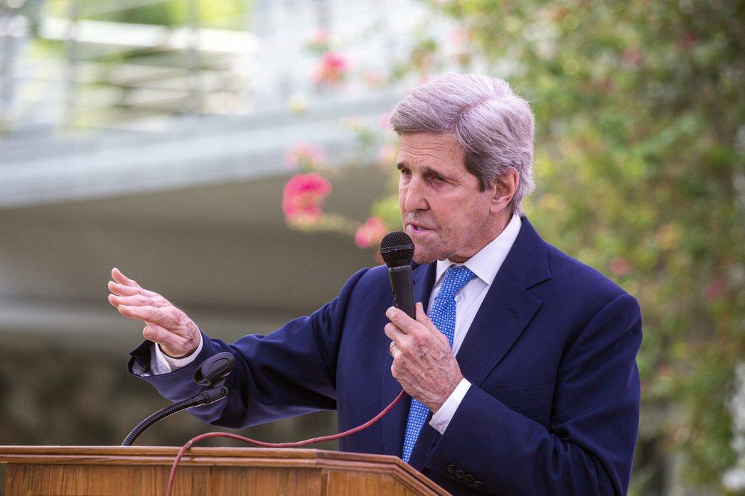 美國氣候特使柯瑞在峰會之前正訪問世界各國,圖為他9日在孟加拉訪問時發表談話的畫面...