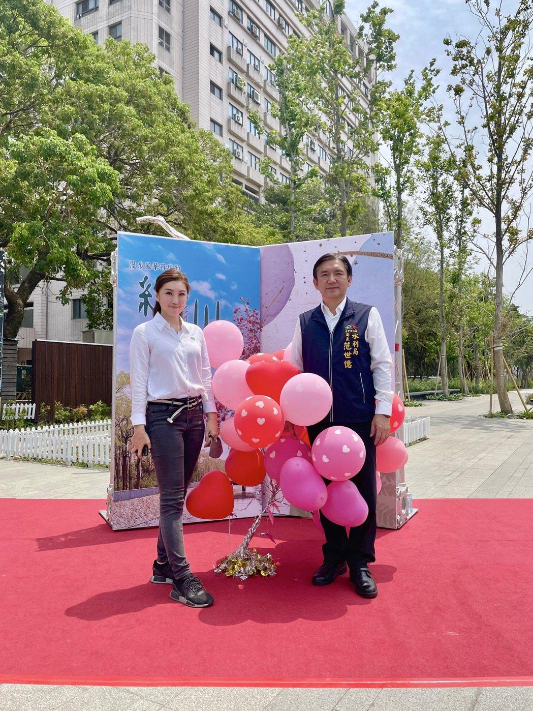 水利局長范世億(右)與藝術創作者黃筠茜(左)合影。記者宋健生/攝影