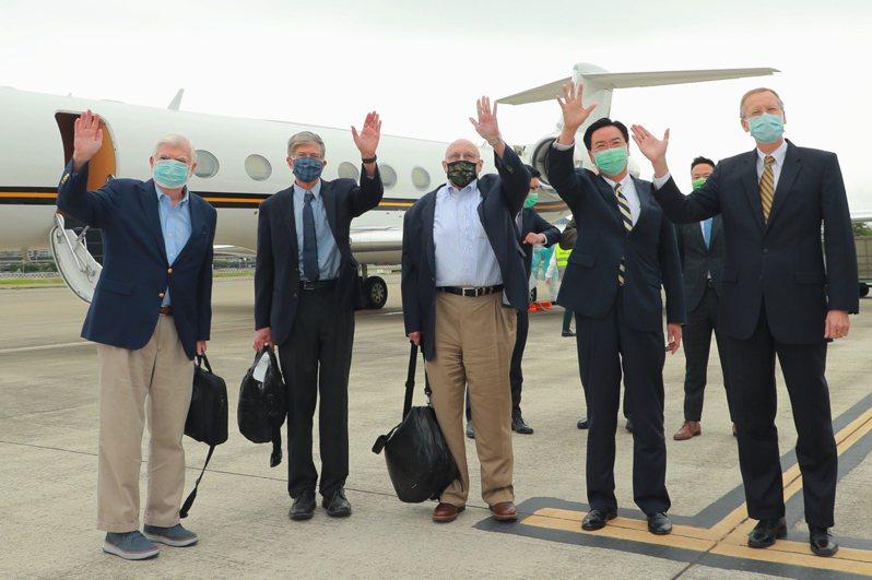 美國前參議員陶德(左起)、前副國務卿史坦伯格及阿米塔吉,昨天搭乘專機抵台,外交部長吳釗燮及美國在台協會(AIT)處長酈英傑,在松山機場迎接。圖/外交部提供