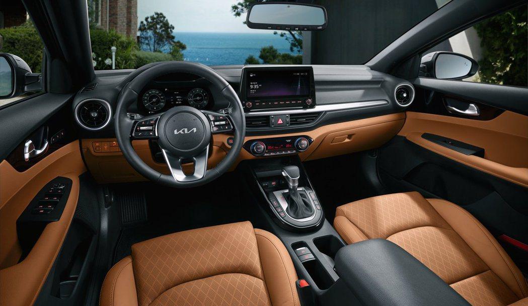 小改款Kia K3內裝改採雙10.25吋數位儀表與中控台螢幕,並改採電子手剎車取...