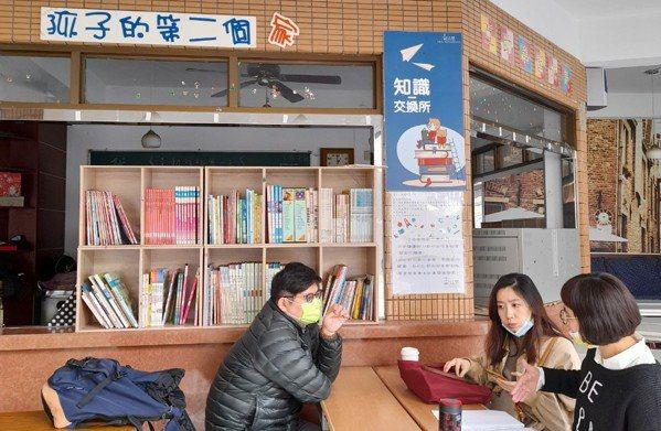 協會外的的公共圖書館,圖書提供在地社區免費閱讀。 圖/「PaGamO素養品學...