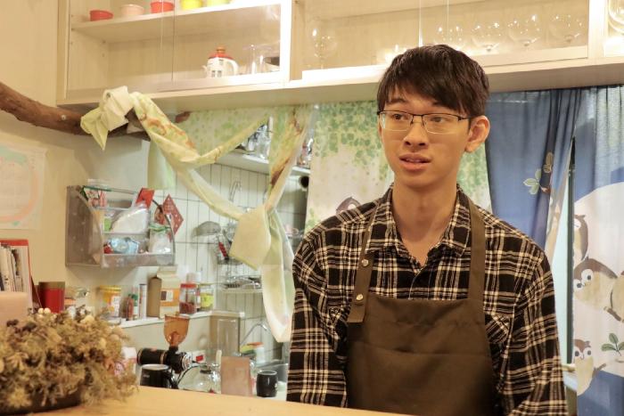 店長陳冠宏穿上工作服為我們泡茶、咖啡,細談書店未來和期望。 圖/沈育琪 攝影