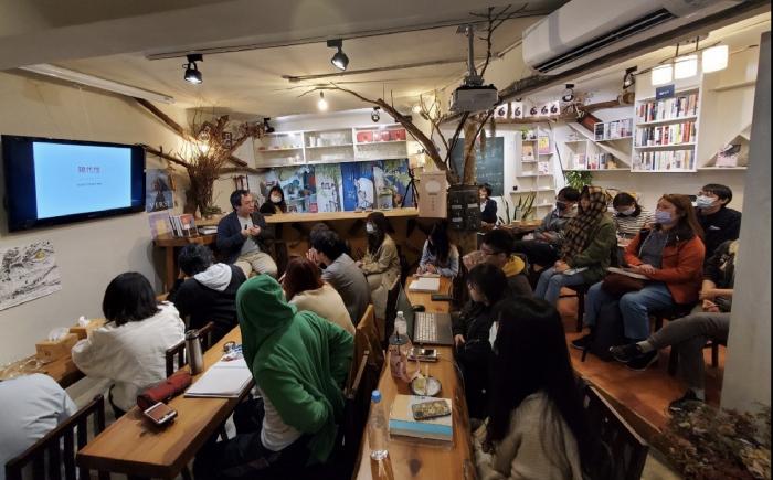 作家朱宥勳到楫文社的講座分享,討論他的新作《文青養成指南》。 圖/楫文社 供