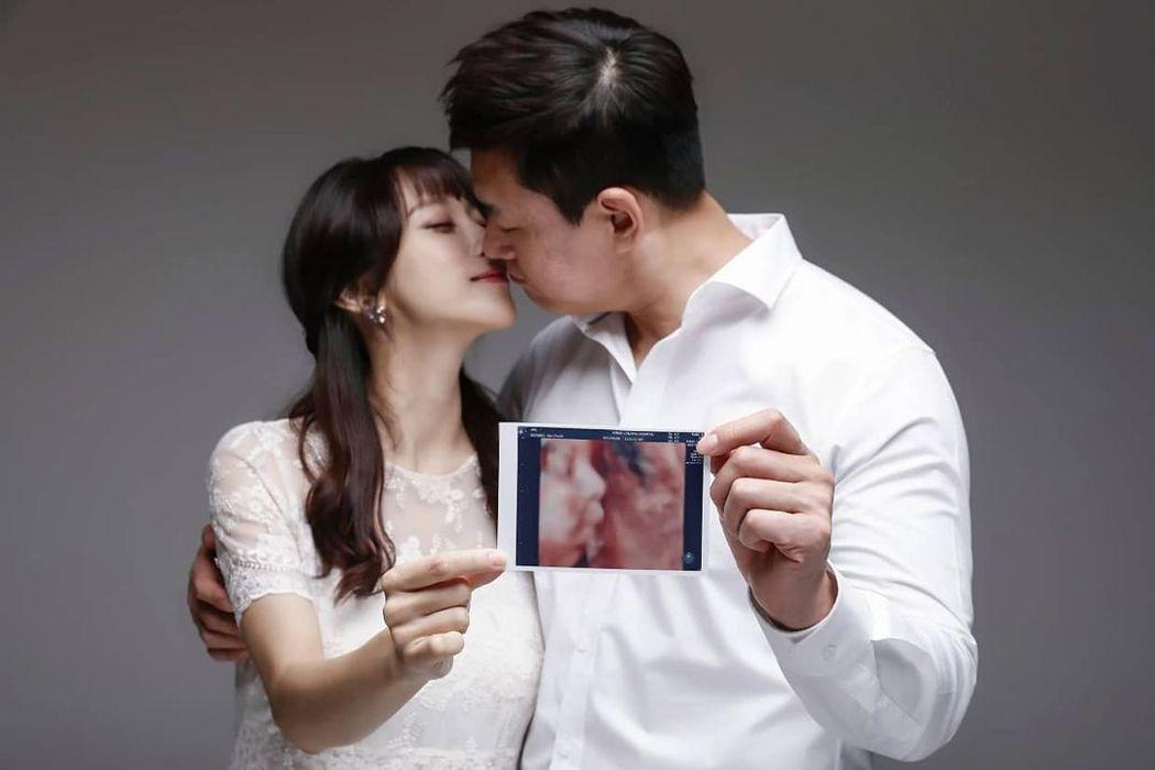 趙敏雅曬婚紗照,8個月孕肚超平坦。圖/擷自IG