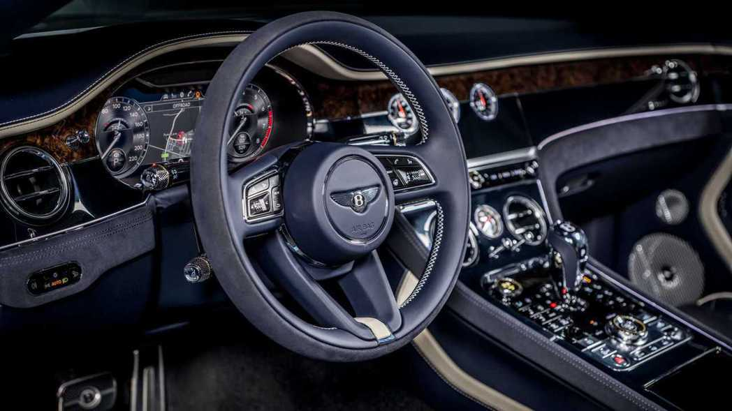 Alcantara麂皮包覆的方向盤。 圖/Bentley提供