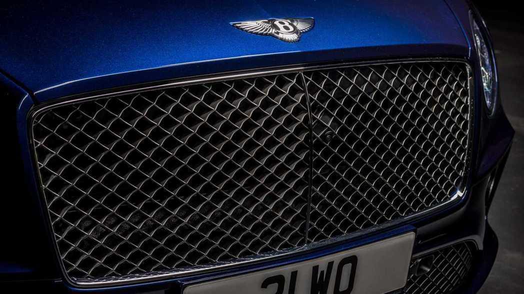 黑化的水箱罩中網更添運動氣息。 圖/Bentley提供