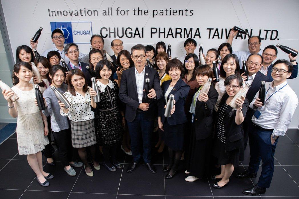 響應世界地球日,台灣中外製藥發起綠色行動,提供員工每人2個環保水瓶,還雷刻上員工...