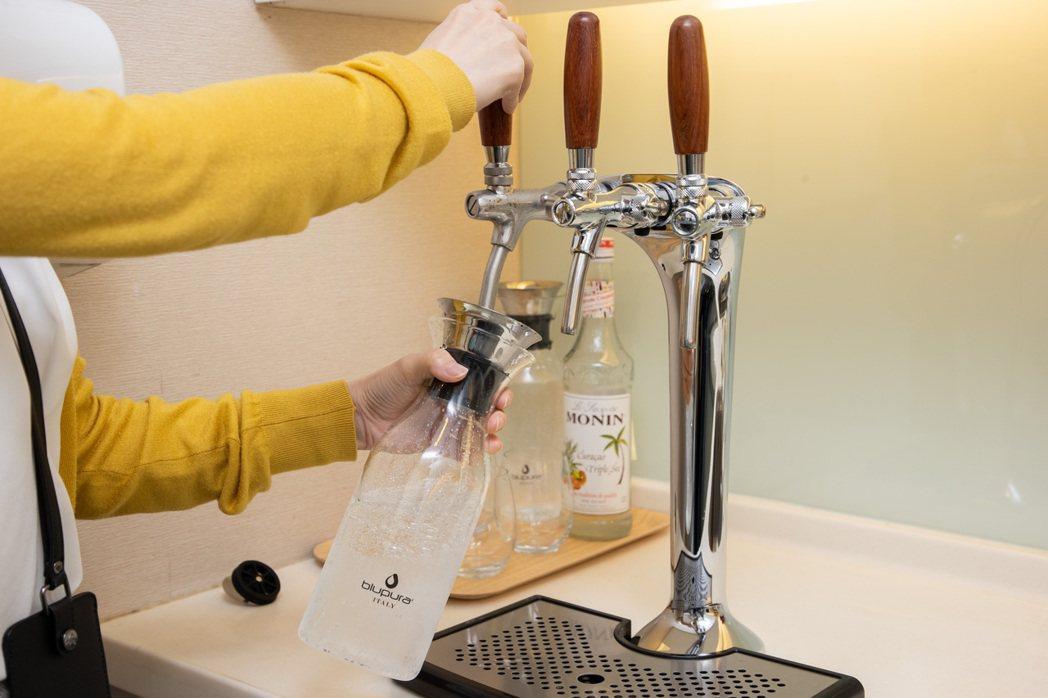 接待外賓來訪,台灣中外製藥使用氣泡水機製作氣泡水,取代塑膠瓶及紙杯,兼顧環保和健...