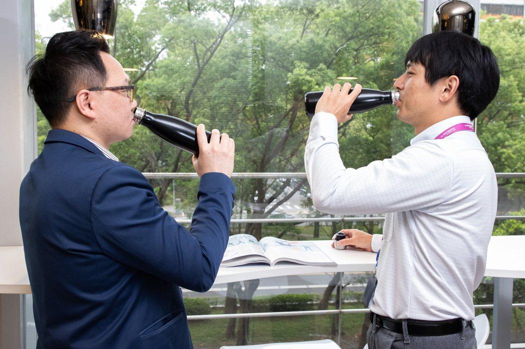 台灣中外製藥員工支持公司發起環保杯的行動,不少人習慣成自然,上班使用環保杯喝水。...