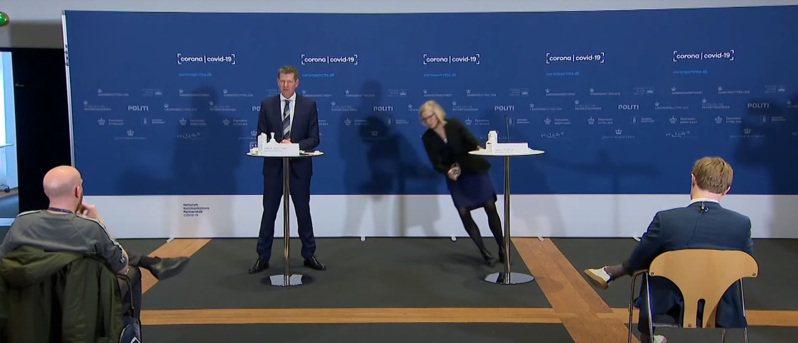 丹麥衛生局長布勞斯特倫十四日召開AZ疫苗停打相關記者會,才進行到一半,同台的藥物管理局主任譚賈.艾瑞克克森突然暈倒在地。圖/擷自YouTube