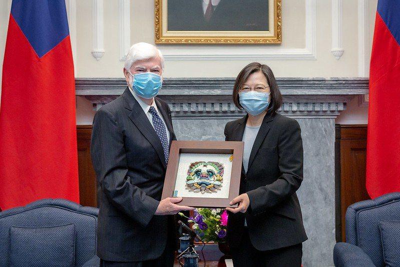 蔡總統於總統府接見美國前聯邦參議員陶德(Christopher Dodd)訪問團。總統府/提供