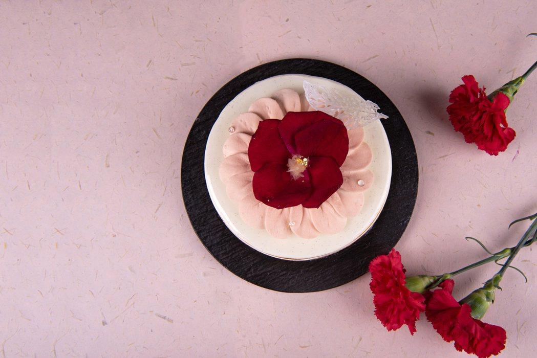 母親節蛋糕「奉獻」選用宜蘭冬山在地的蜜香紅茶做為慕斯主體入味,口感綿密呈現濃郁多...