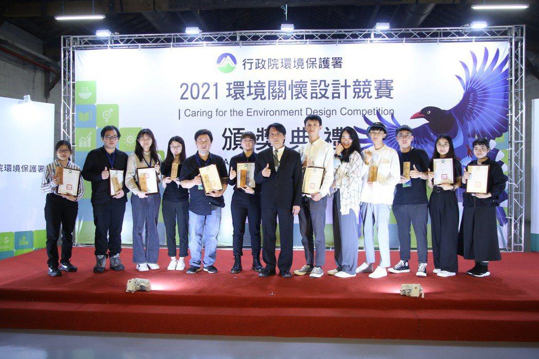 環保署副署長蔡鴻德與前八名得獎者。 毛洪霖/攝影