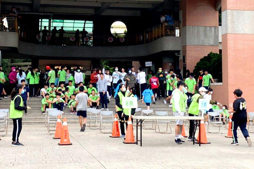 中國科大體育志工協助路跑計時與發放名次牌。 校方/提供