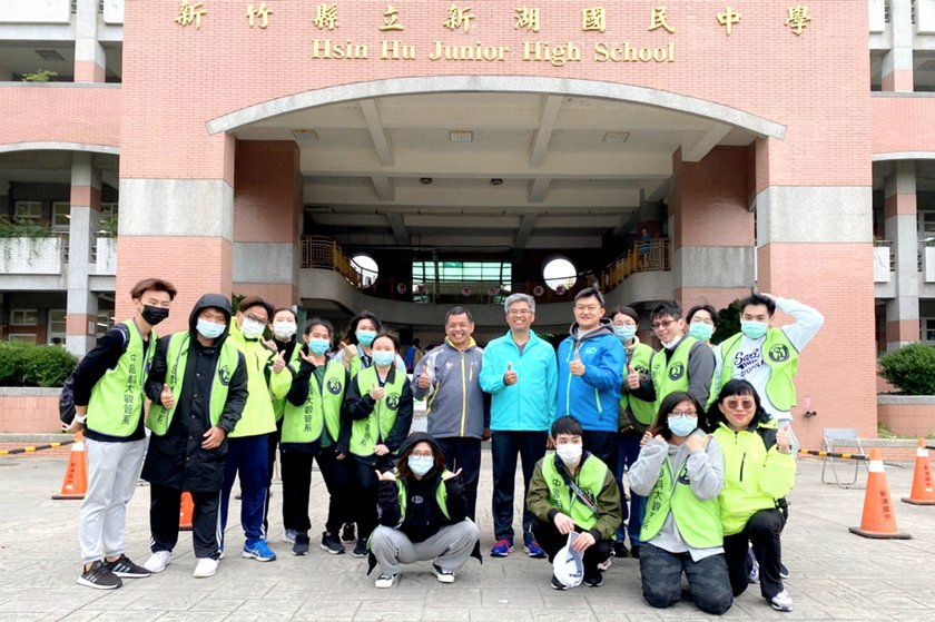 新湖國中校長蔡英煌、學務處主任范綱鑫與中國科大體育志工合影。 校方/提供
