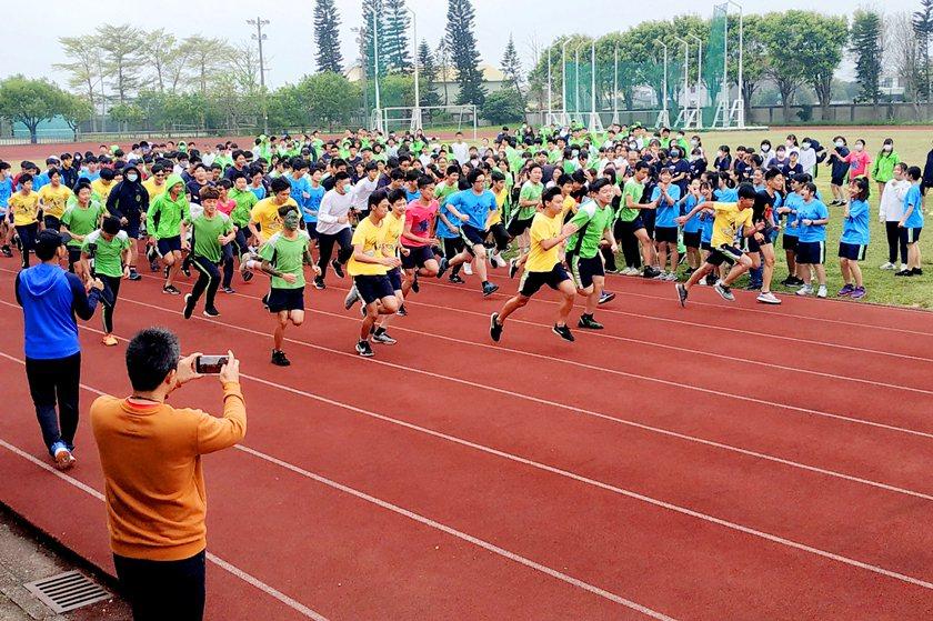 新湖國中同學們熱情活力參與體驗稻香路跑活動。 校方/提供