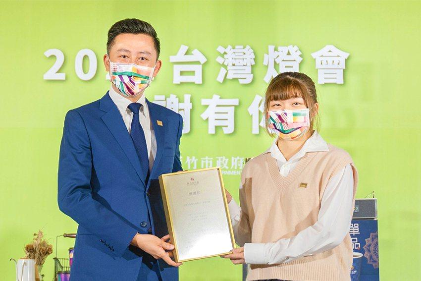 中華大學范姜寧馨同學代表接受新竹市長林智堅親贈的感謝狀。 中華大學/提供
