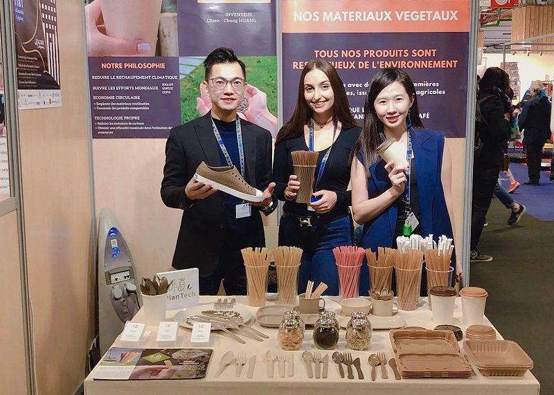 朝陽科大應化所校友黃千鐘(左一)所研發的甘蔗吸管,銷往全球30國,銷量可達600...