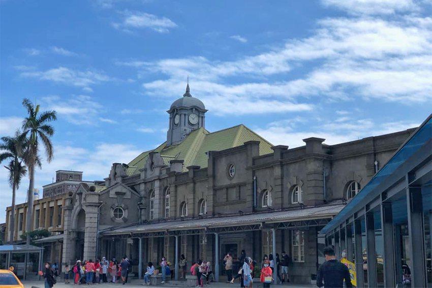 日式古蹟風華的新竹火車站,是南來北往遊客的必經之路。 大魯閣湳雅廣場/提供