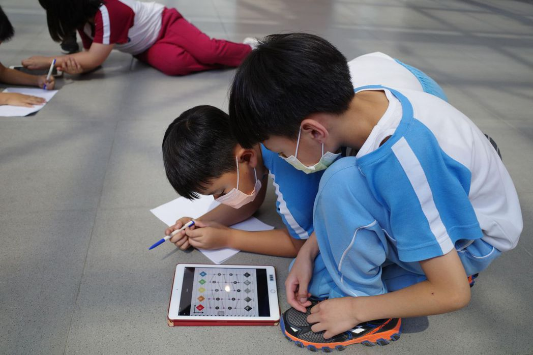 參與的小學生正努力解謎中。  南美館/提供