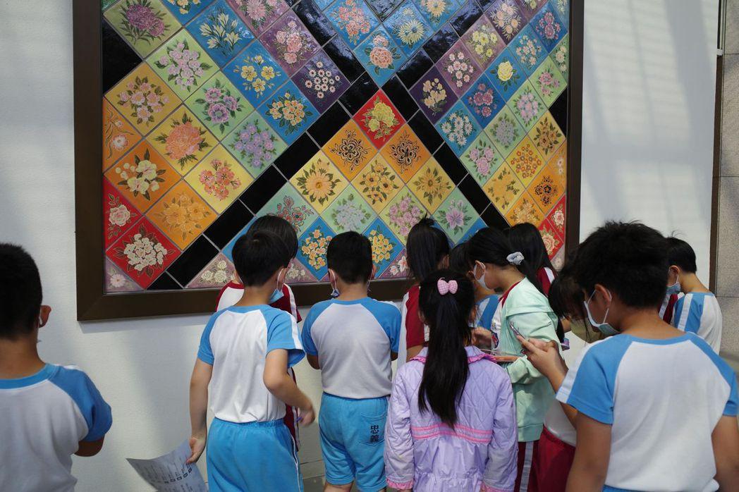 南美館邀請忠義國小學童參與遊戲,一同解謎。  南美館/提供